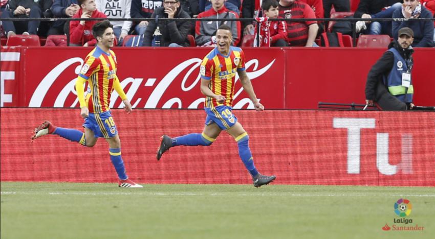El València acaba amb la maledicció del Pizjuán i s'acosta a la Champions (0-2)