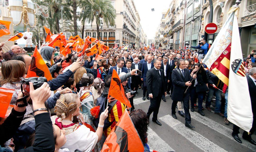 Banderes, música i les estreles del València en la processó cívica del centenari