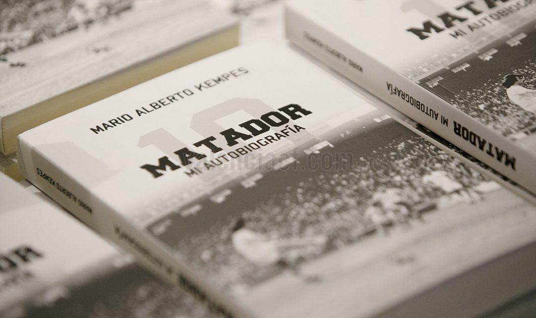 """Kempes presenta la seua autobiografia a Mestalla: """"És molt bonic tornar a casa i festejar el Centenari"""""""