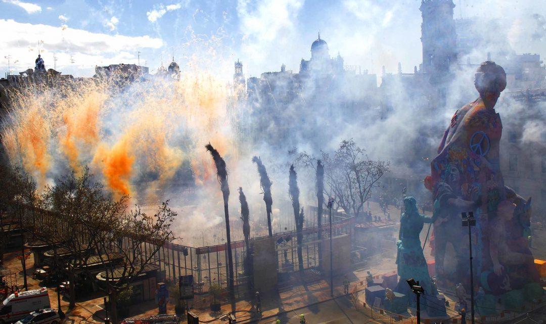 Mascletà amb Fum taronja i un final apoteòsic per a rendir homenatge al Centenari del València CF