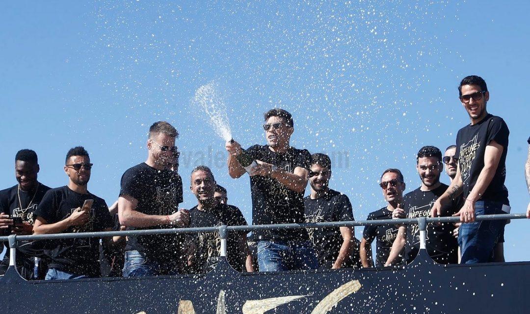 Milers i milers de valencianistes rendeixen tribut als campions de Copa pels carrers de València