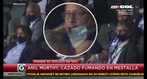 Cacen a Anil fumant en  la llotja de Mestalla